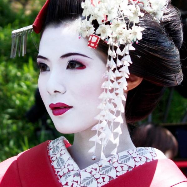 Maquillaje de barra de labios de una geisha