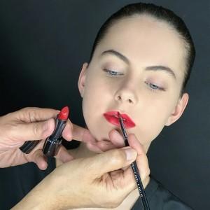 Aplicacion del pincel de maquillaje