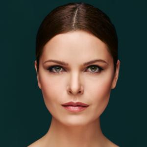 Aplicación de la brocha de maquillaje para contouring