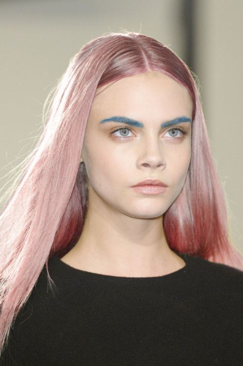 Maquillaje de cejas azul de de Cara Delevingne
