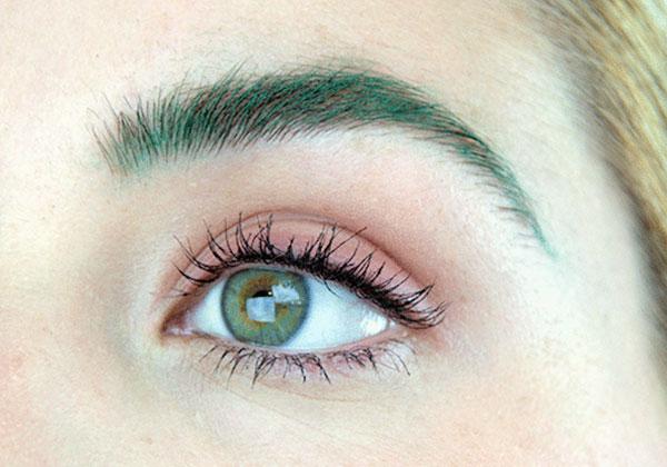 La tendencia de maquillaje de cejas de colores