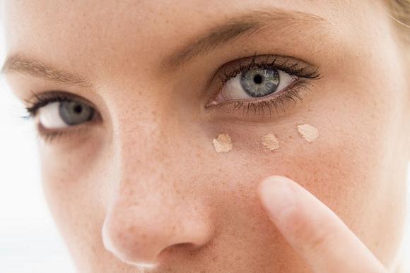 Maquillaje para ojeras y bolsas