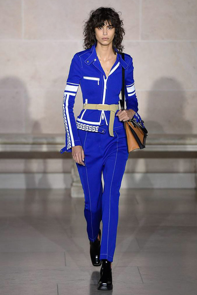 Look azul Louis Vuitton en la pasarela de invierno 2017